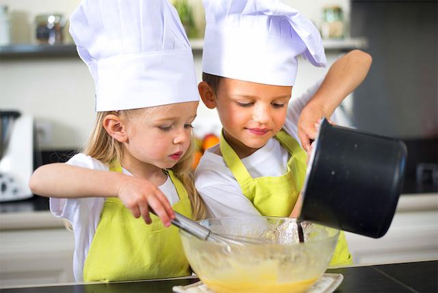 Dziewczynka z chłopakiem gotują w kuchni