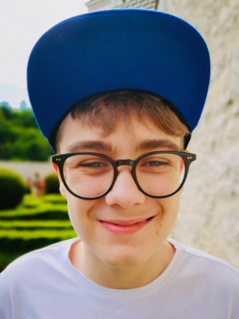 Jan z Bytomia uśmiecha się i jest w czapce z daszkiem
