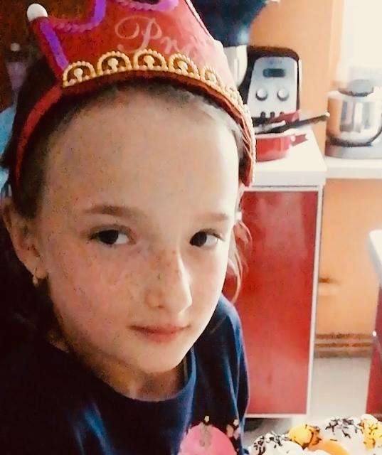 Dziewczynka z koroną na głowie z tortem