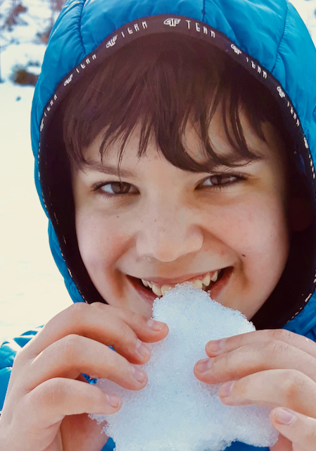 Paweł - uczeń z Tarnowskich Gór gryzie śnieg