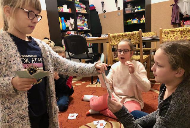 Zajęcia grupowe - dziewczyny grają w karty na podłodze