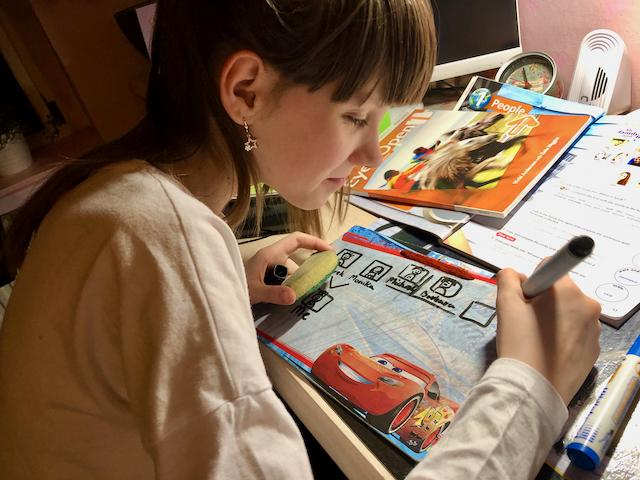 Zajęcia Indywidualne - dziewczyna pisze w zeszycie
