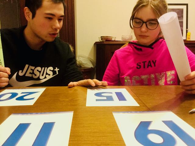 Zajęcia Indywidualne - nauczyciel uczy dziewczynkę liczb przez grę