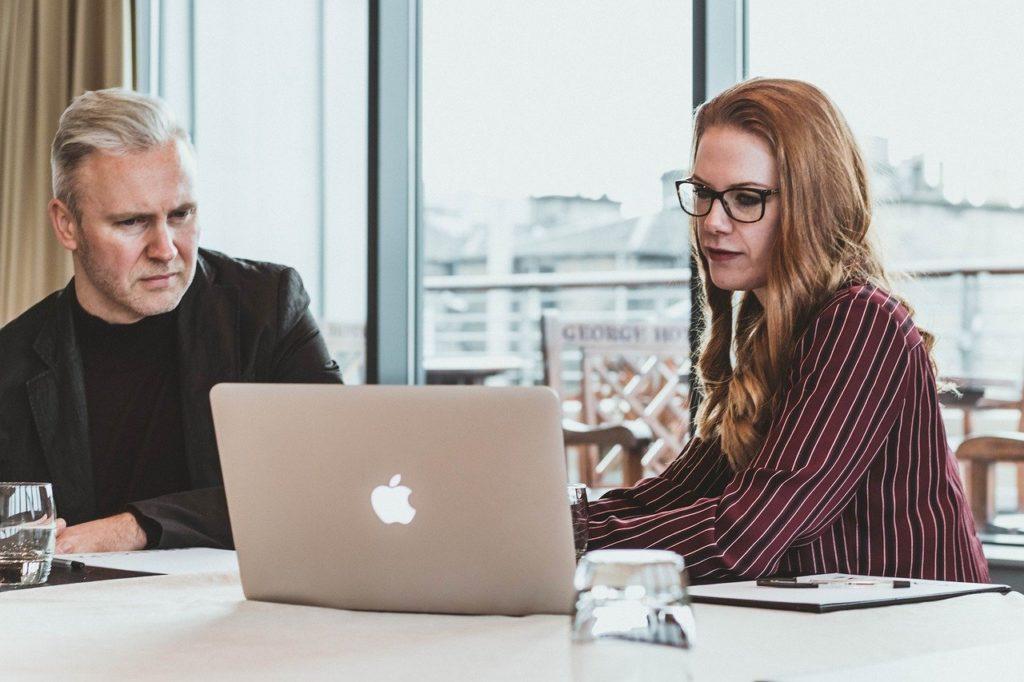 Zajęcia w firmie dla jednej osobie przy komputerze MacBook